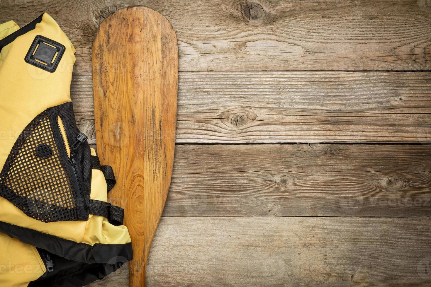 pagaia per canoa e giubbotto di salvataggio foto