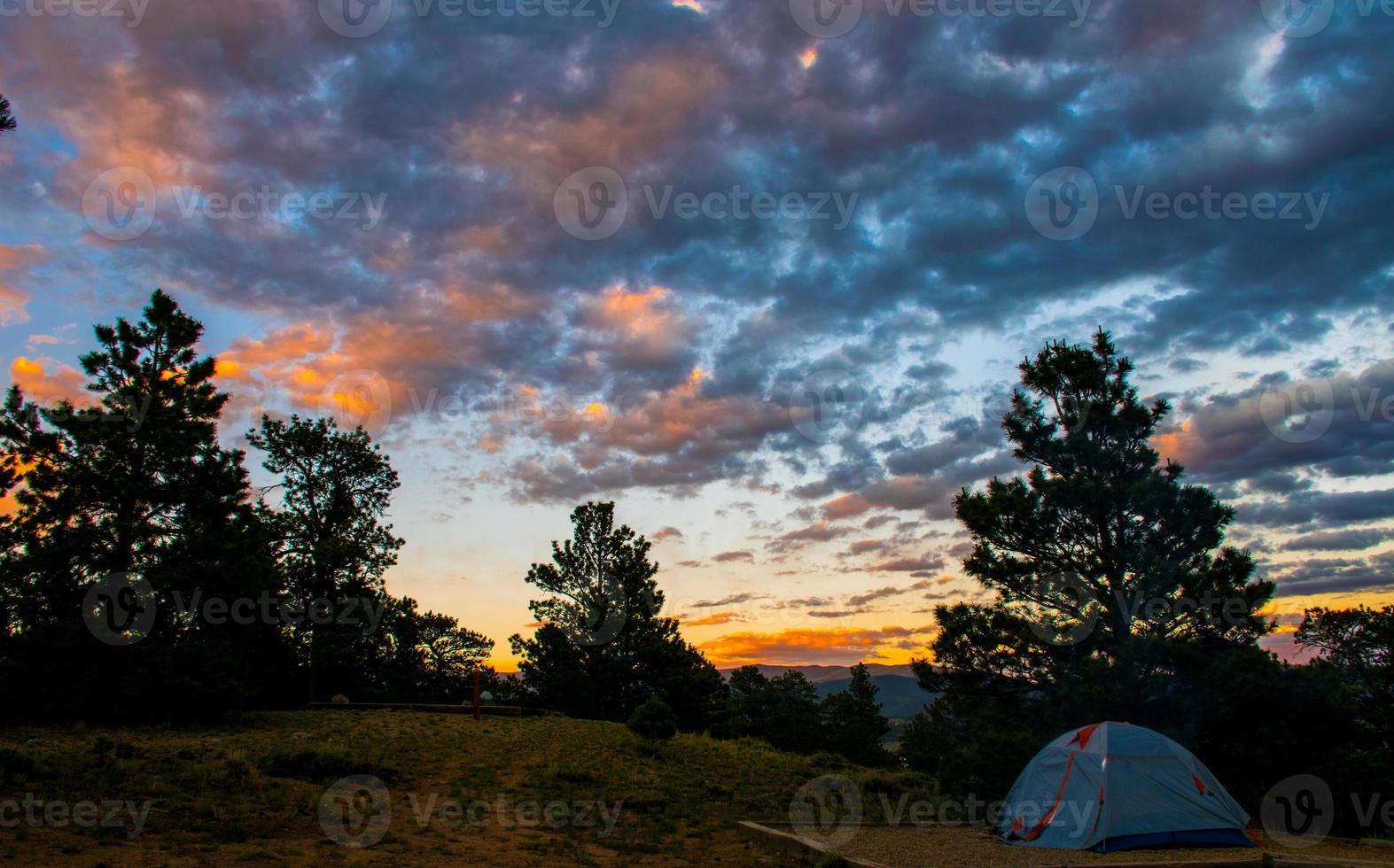 viaggio in campeggio valle rocciosa di montagna foto