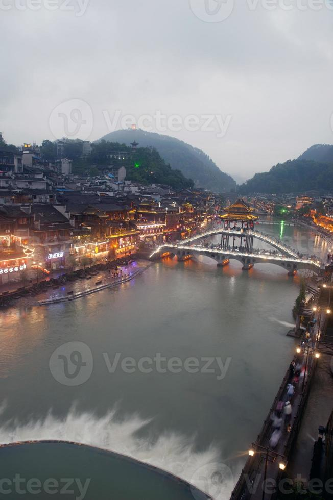 vista della città di fenice (antica città di fenghuang). foto