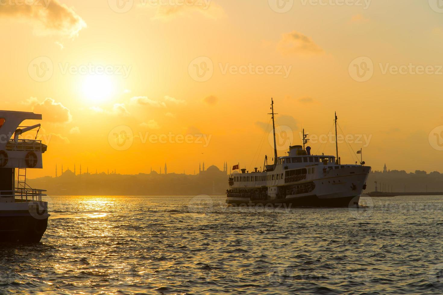 traghetti di Istanbul su uno sfondo tramonto foto