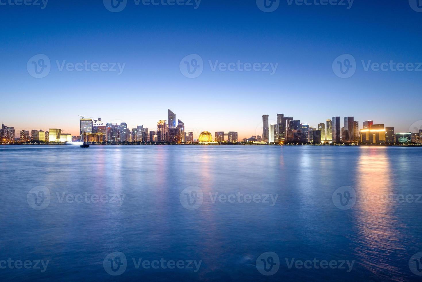 fiume e skyline di hangzhou foto