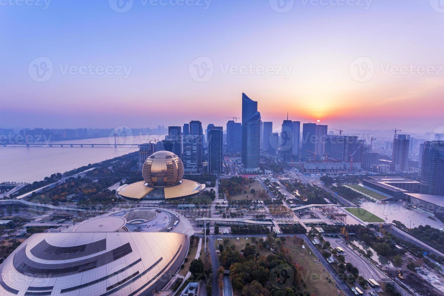 paesaggio urbano moderno e traffici durante l'alba foto
