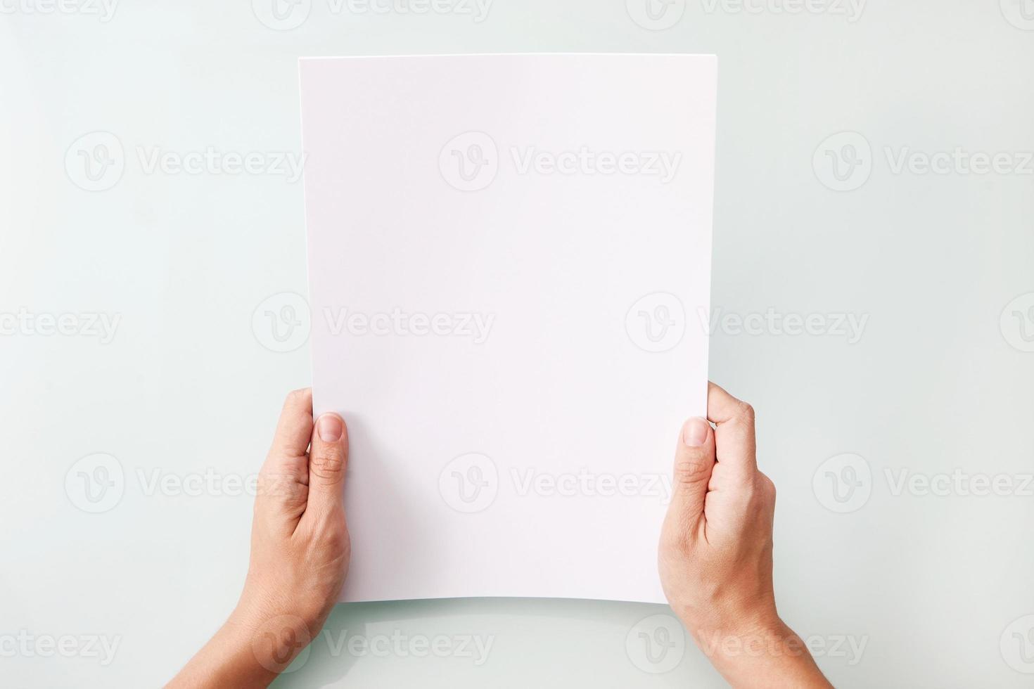 mani che tengono la lettera in bianco dello spazio della copia a4 foto