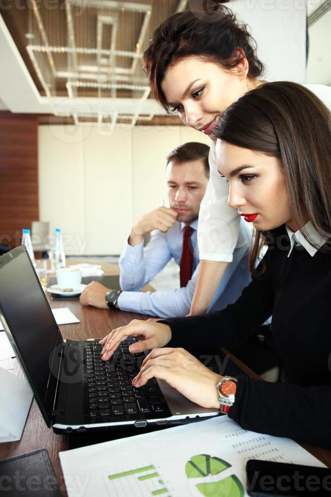 immagine di partner commerciali che discutono di documenti e idee foto