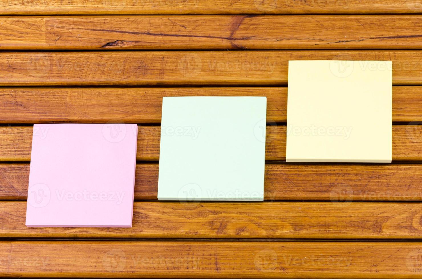 messaggi e documenti su un tavolino in legno foto