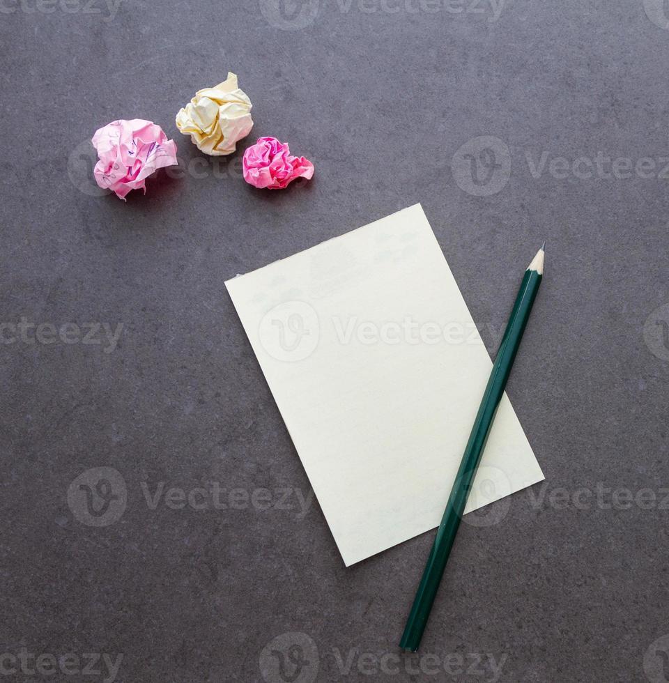 fondo isolato carta per appunti in bianco. foto