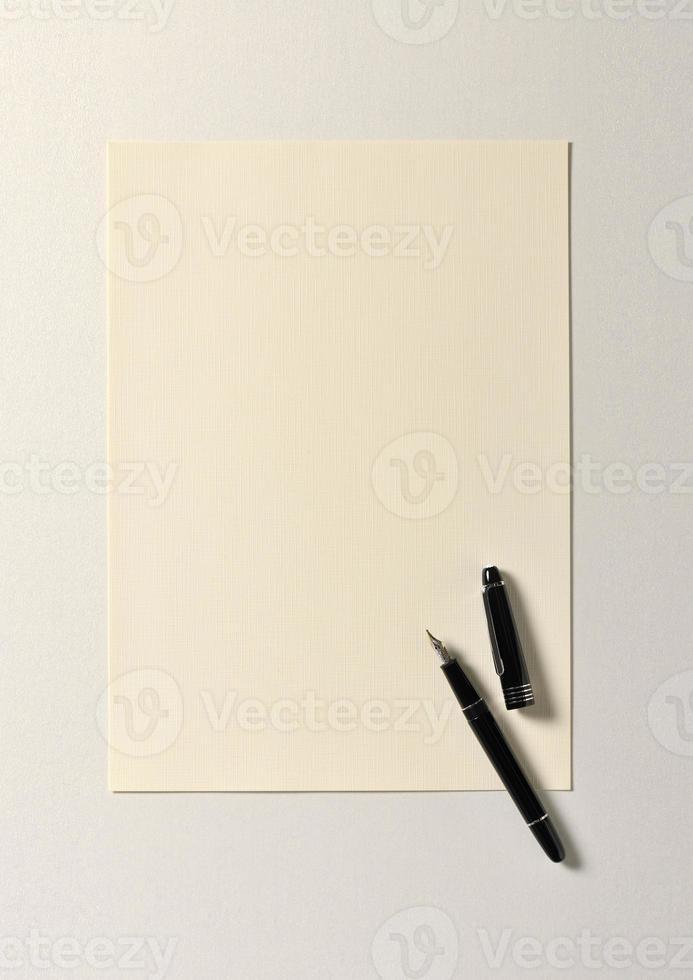 penna stilografica su carta ruvida foto