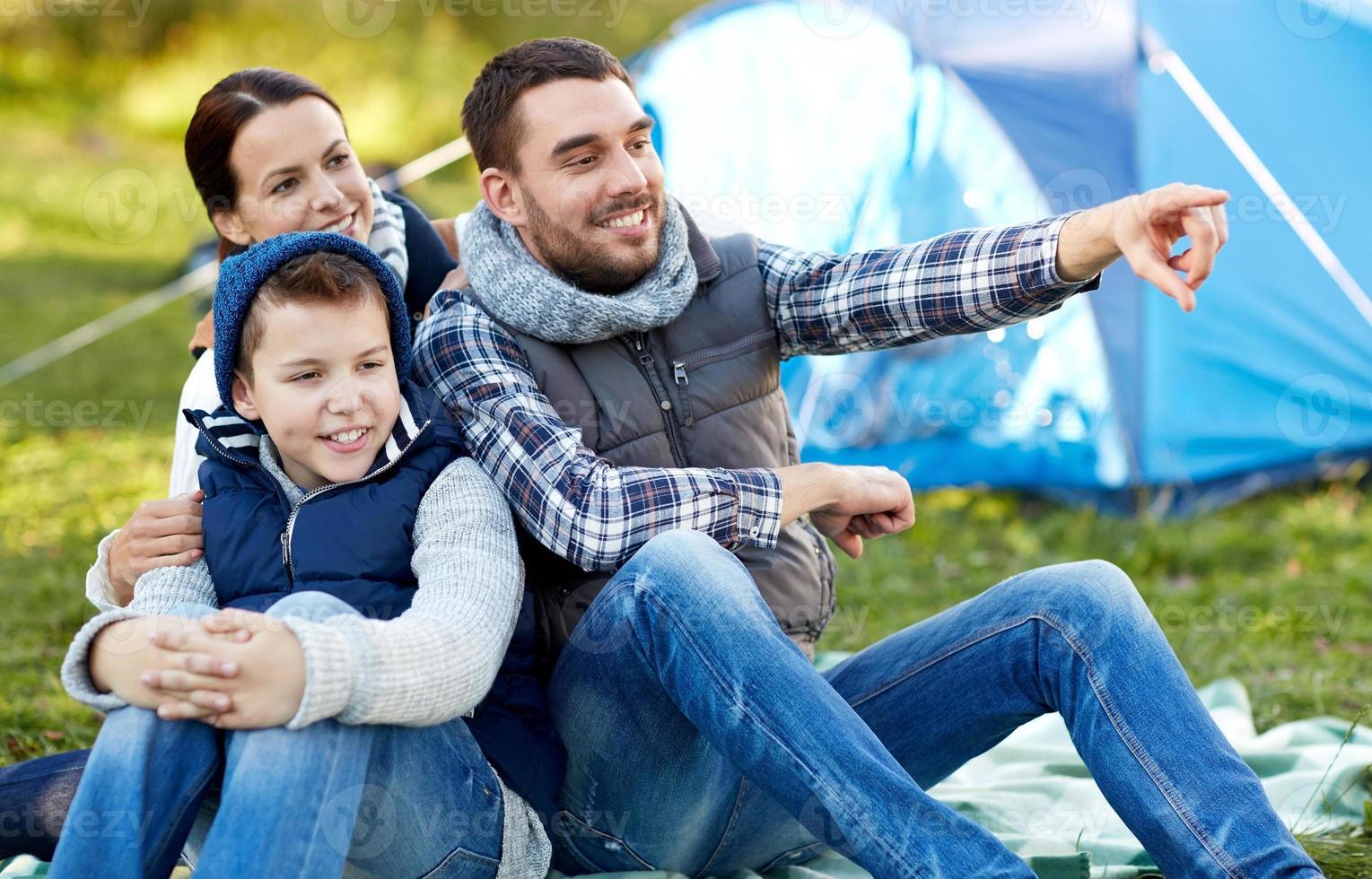 famiglia felice con tenda al campeggio foto