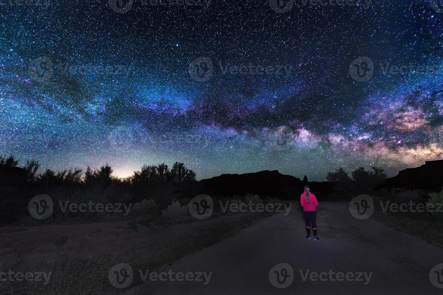donna sotto la Via Lattea foto