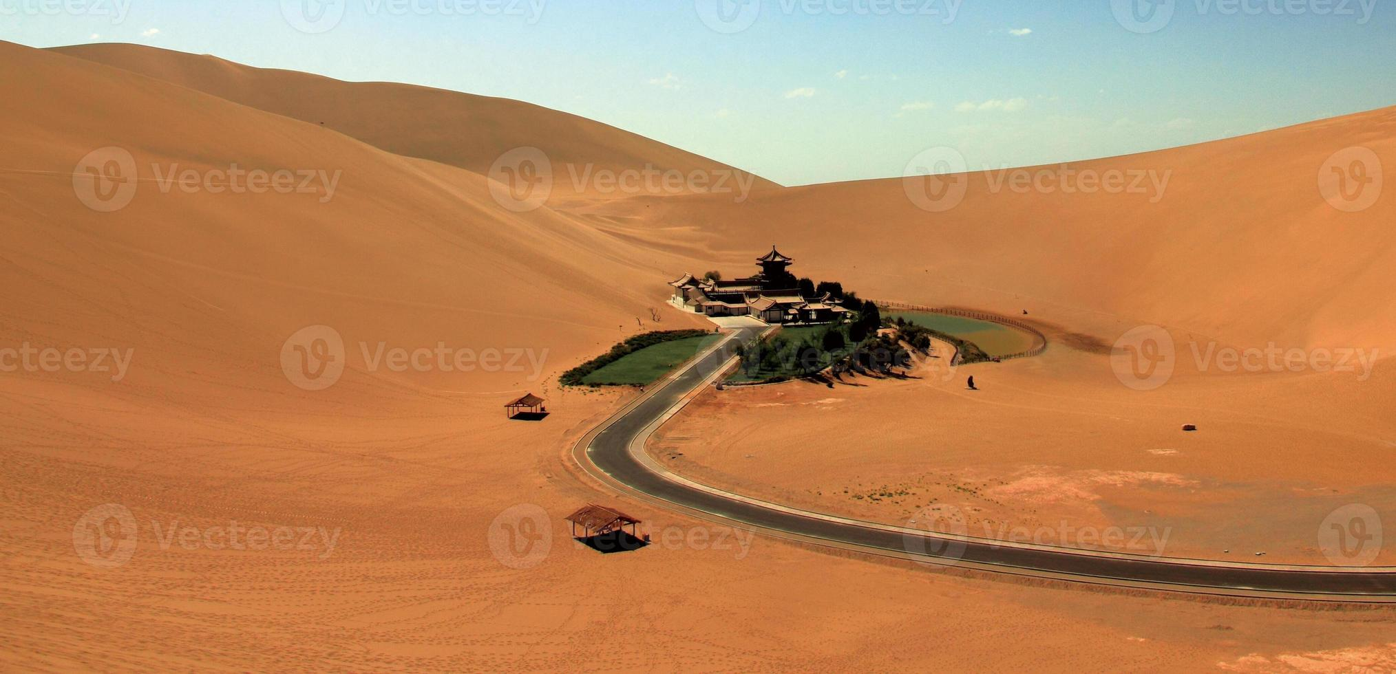 montagna della Cina Dunhuang Mingsha, oasi nel deserto foto