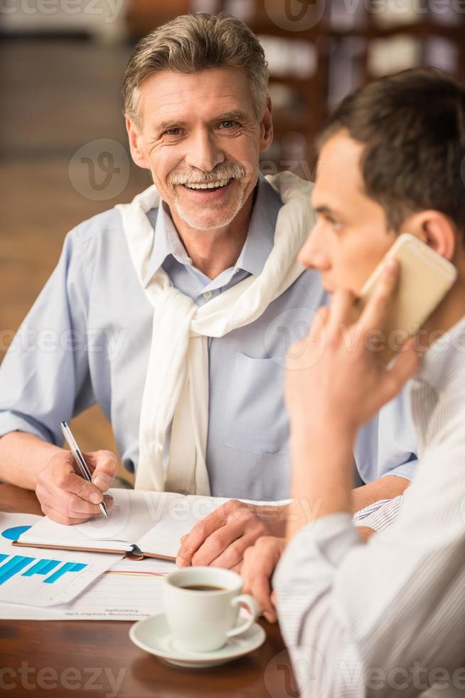 uomini d'affari nella caffetteria foto