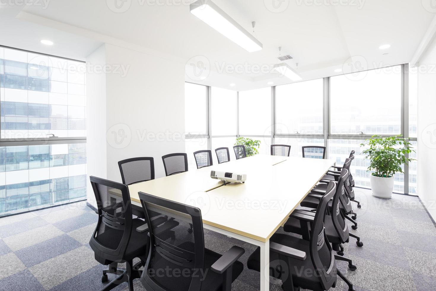 interno della sala riunioni in ufficio moderato foto