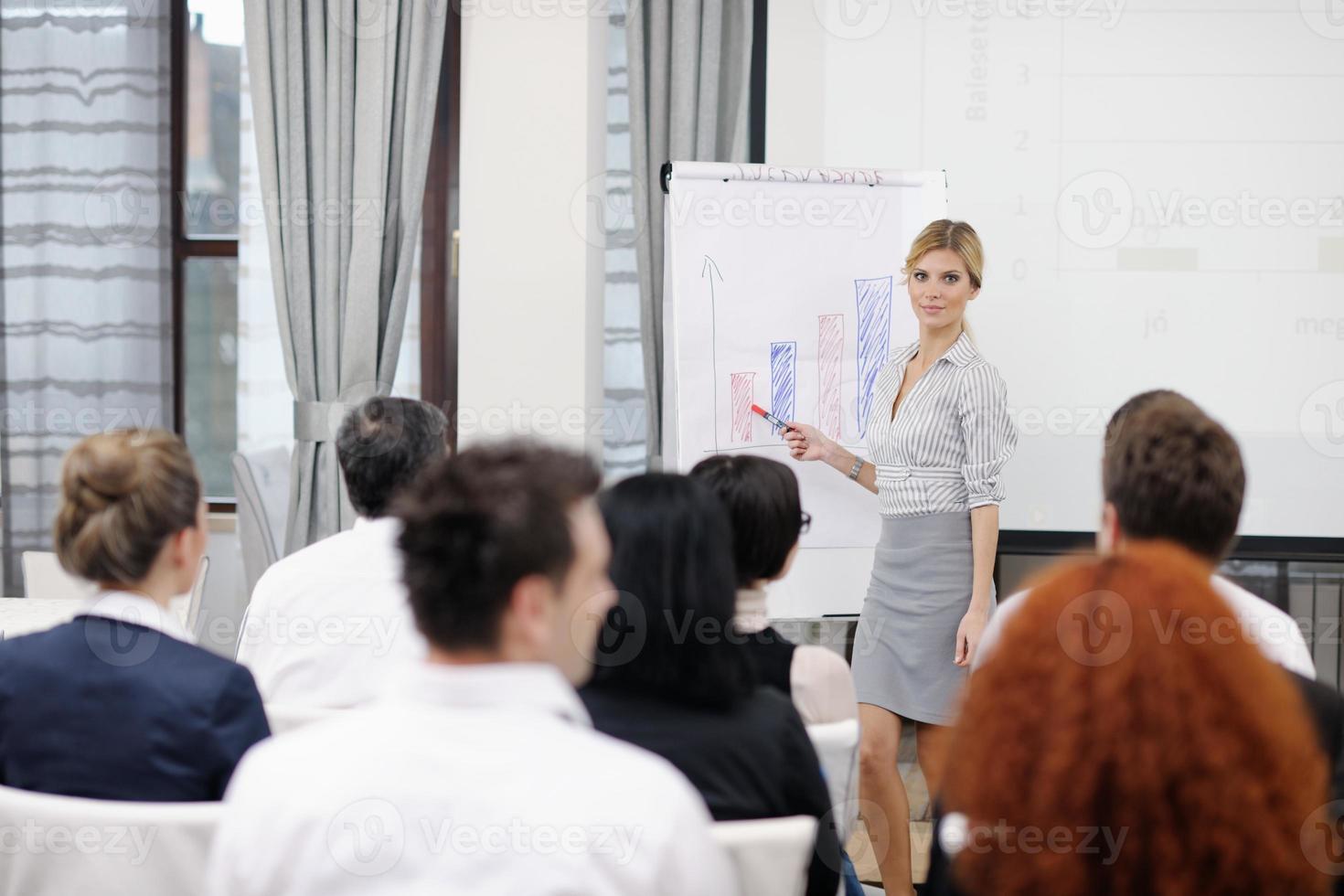 donna d'affari dando una presentazione foto