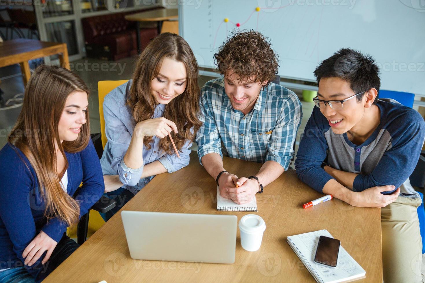 manager che discutono della presentazione di un nuovo progetto in carica foto