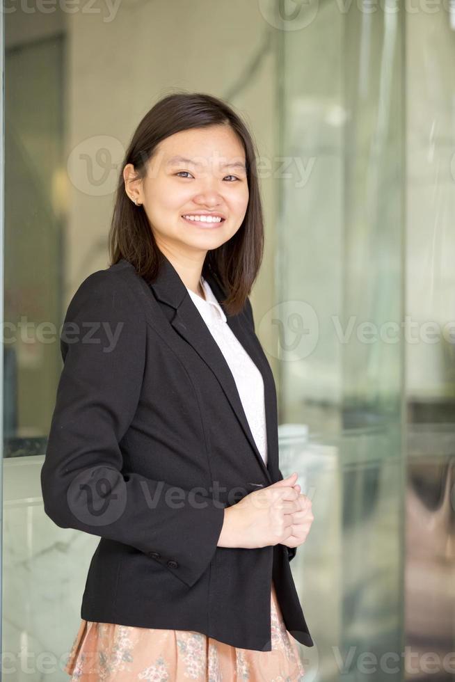 ritratto sorridente del giovane dirigente asiatico femminile foto