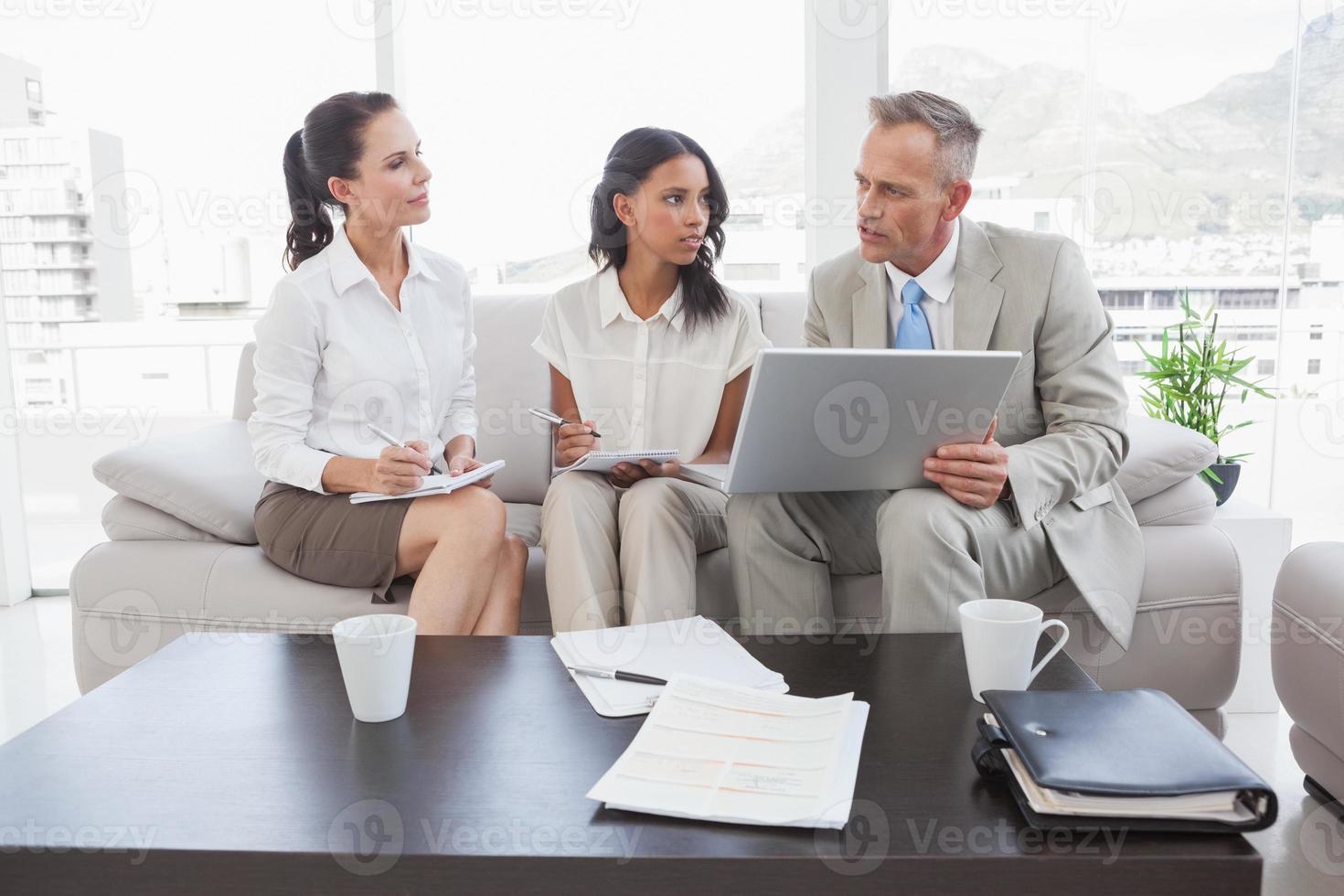squadra di affari che lavora insieme foto
