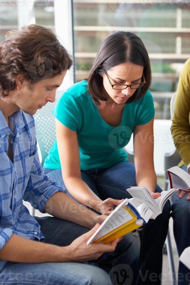 gruppo della bibbia che legge insieme foto