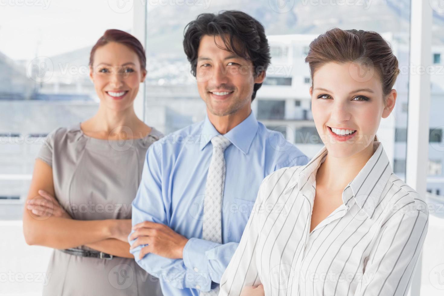 squadra di affari che stanno tutti insieme foto