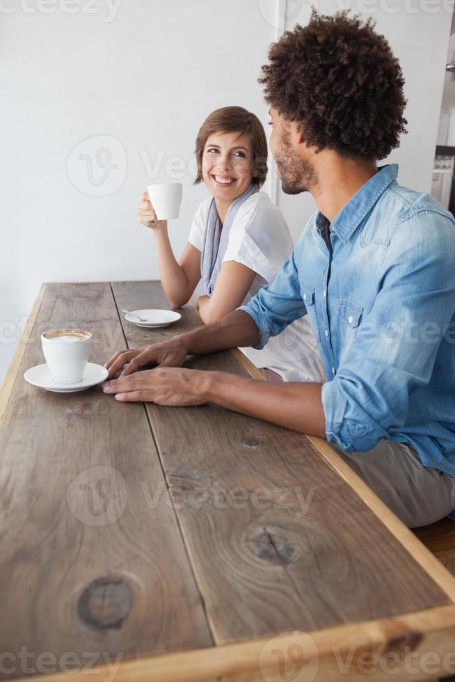 amici casuali che mangiano caffè insieme foto