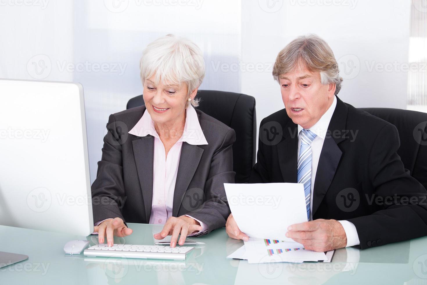 due uomini d'affari che lavorano insieme foto