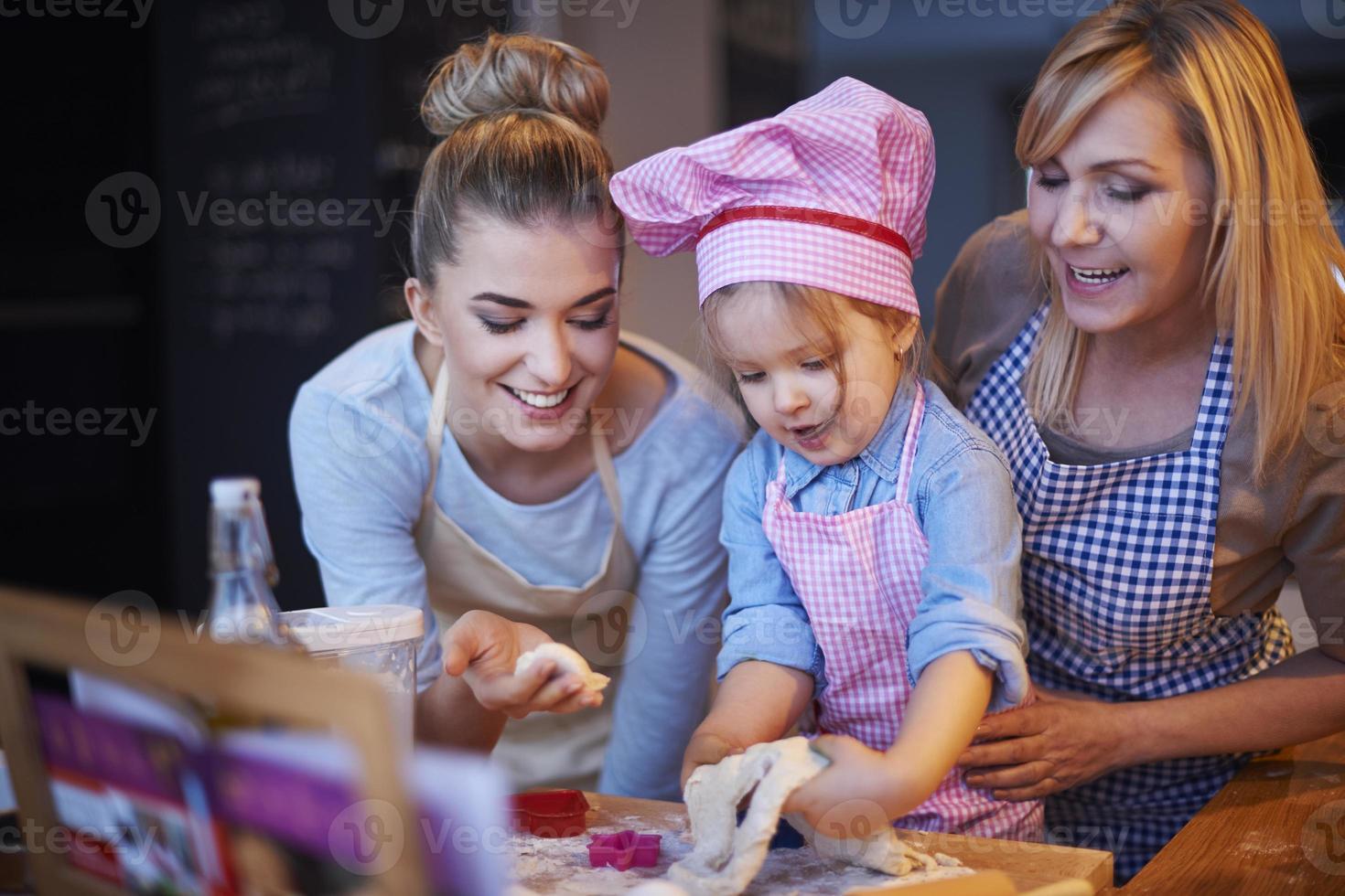 cucinare insieme è tradizione nella nostra casa foto