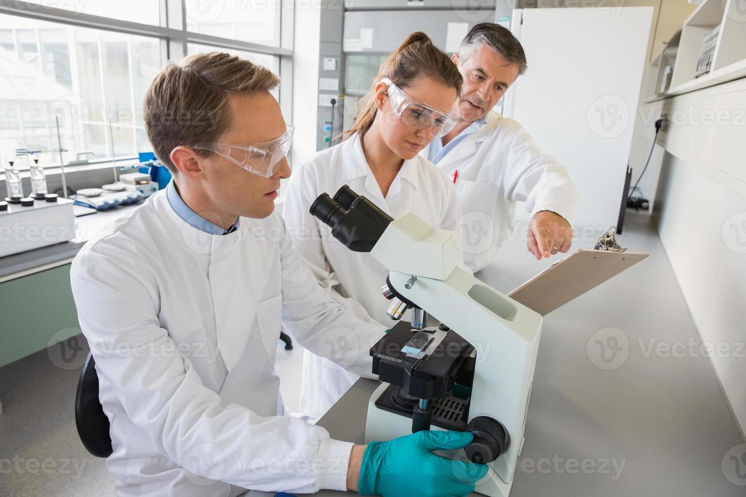 team di scienziati che lavorano insieme foto