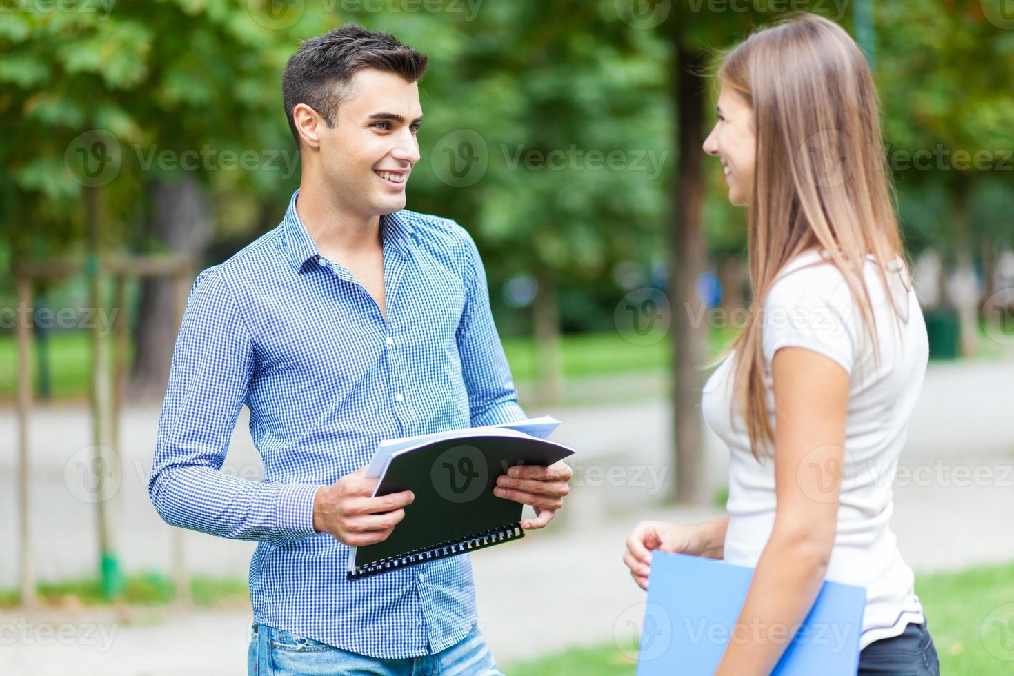 coppia di studenti che parlano insieme foto