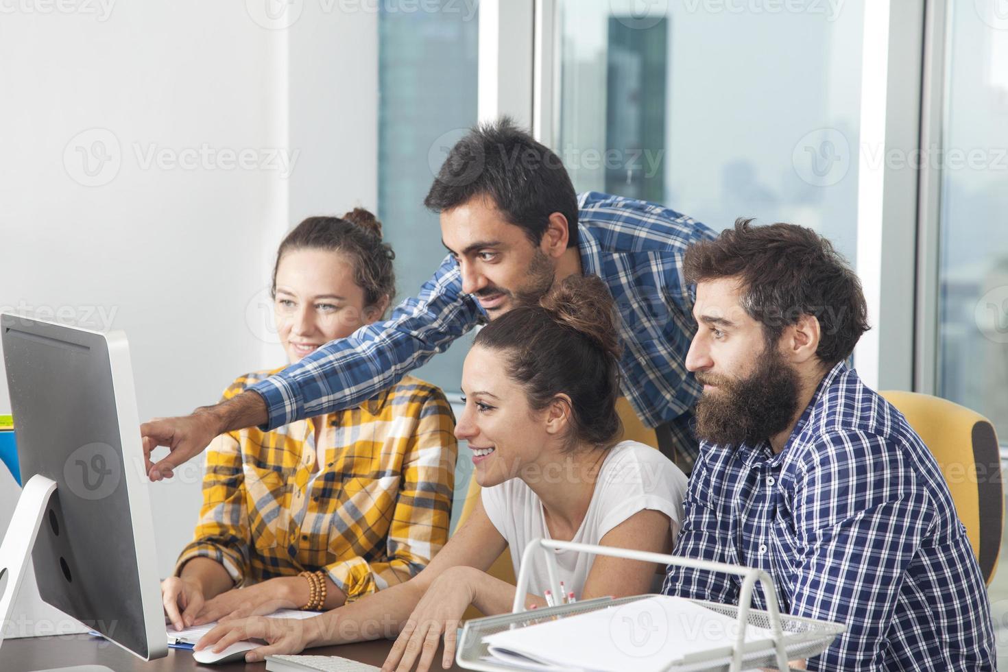 giovane team di professionisti che lavorano insieme in ufficio foto