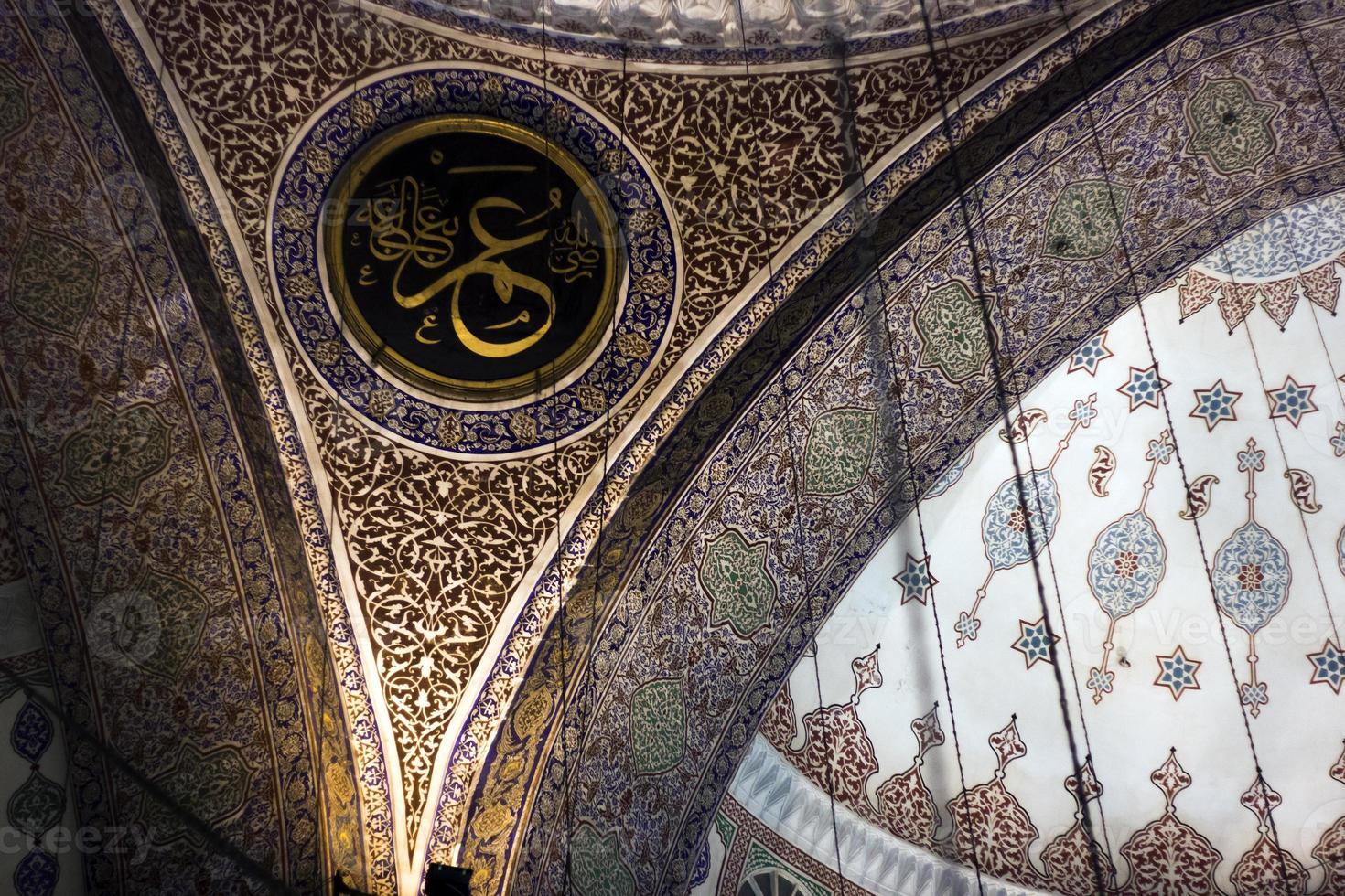 Scrittura araba in una moschea foto