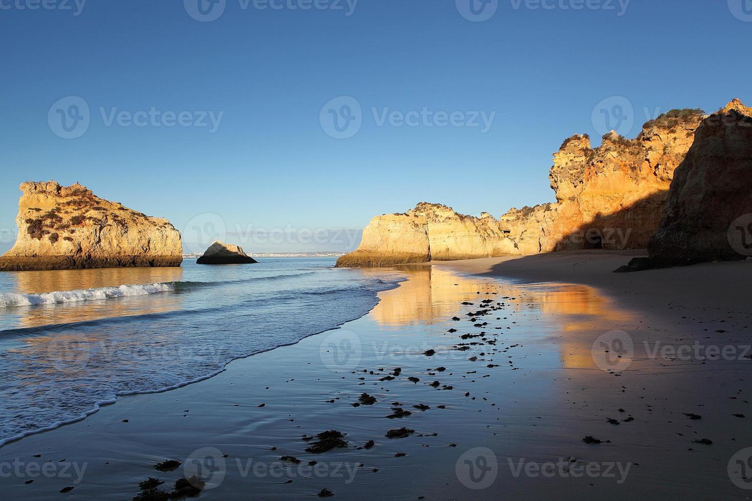 Alba sulla spiaggia di Algarve foto