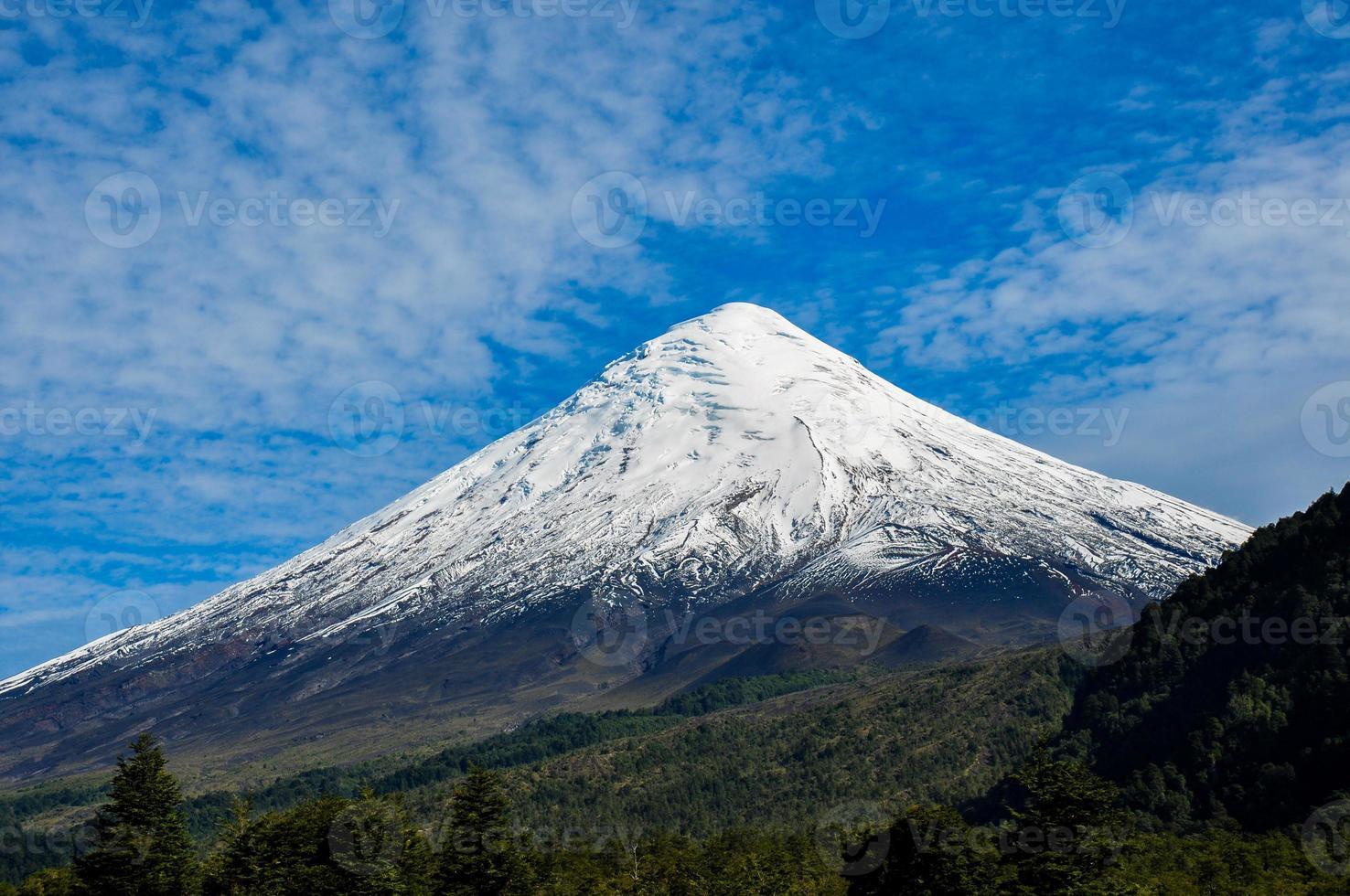 vulcano osorno visto dal lago todos los santos, Cile foto