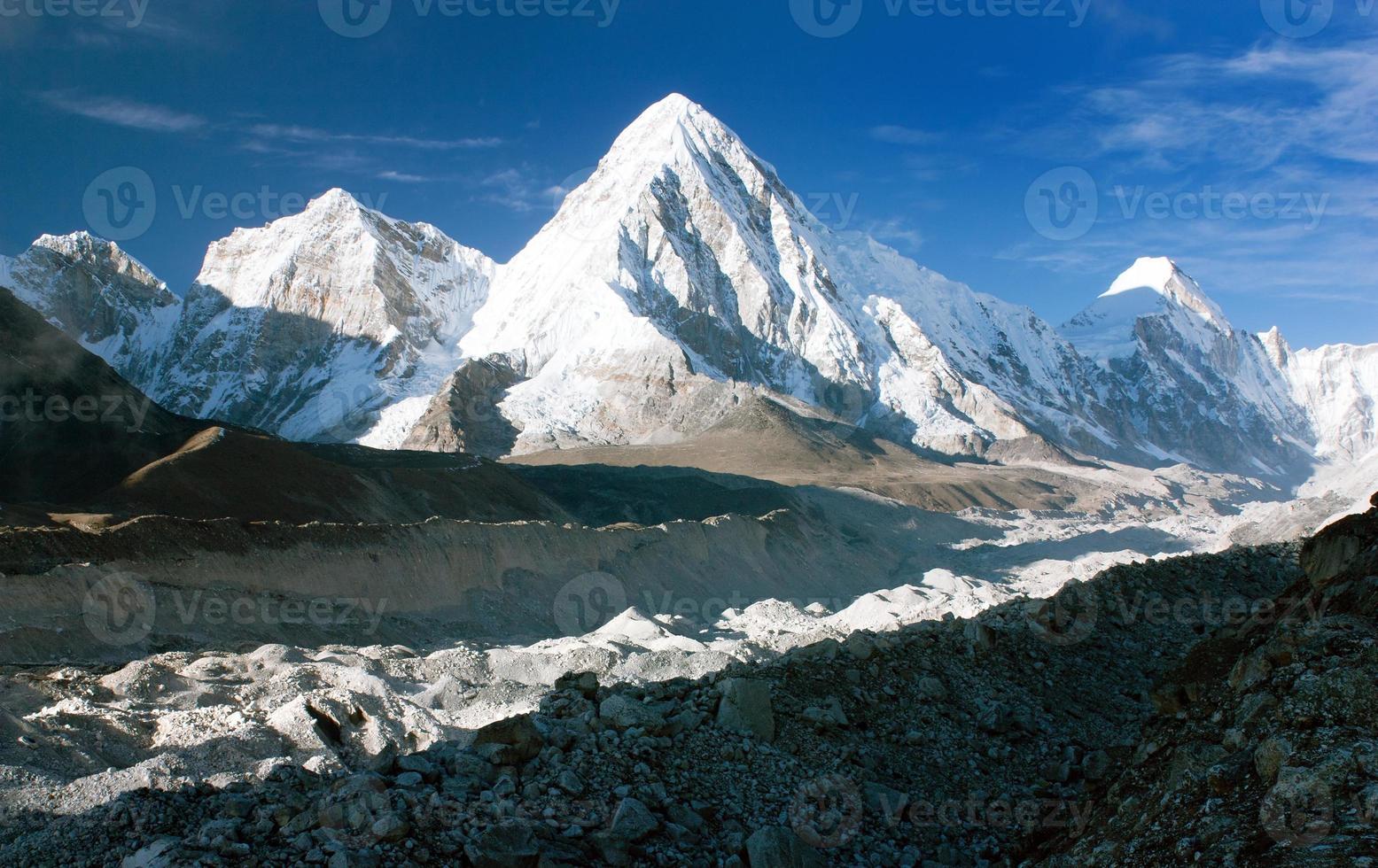 valle di Khumbu, ghiacciaio di Khumbu e picco di Pumo Ri foto