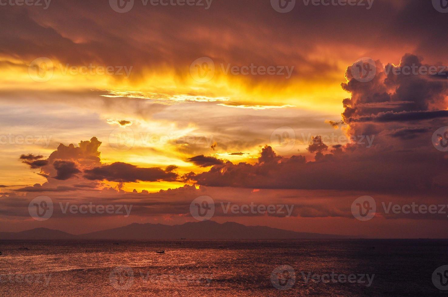 bagliore al tramonto sulla baia di manila, filippine foto