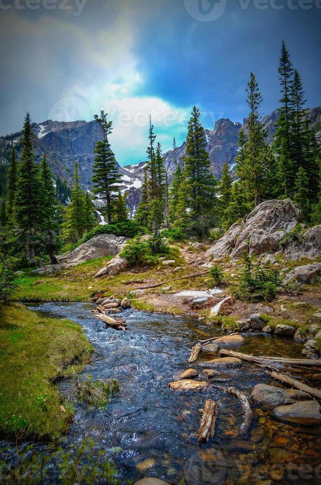 ruscello in montagne rocciose foto