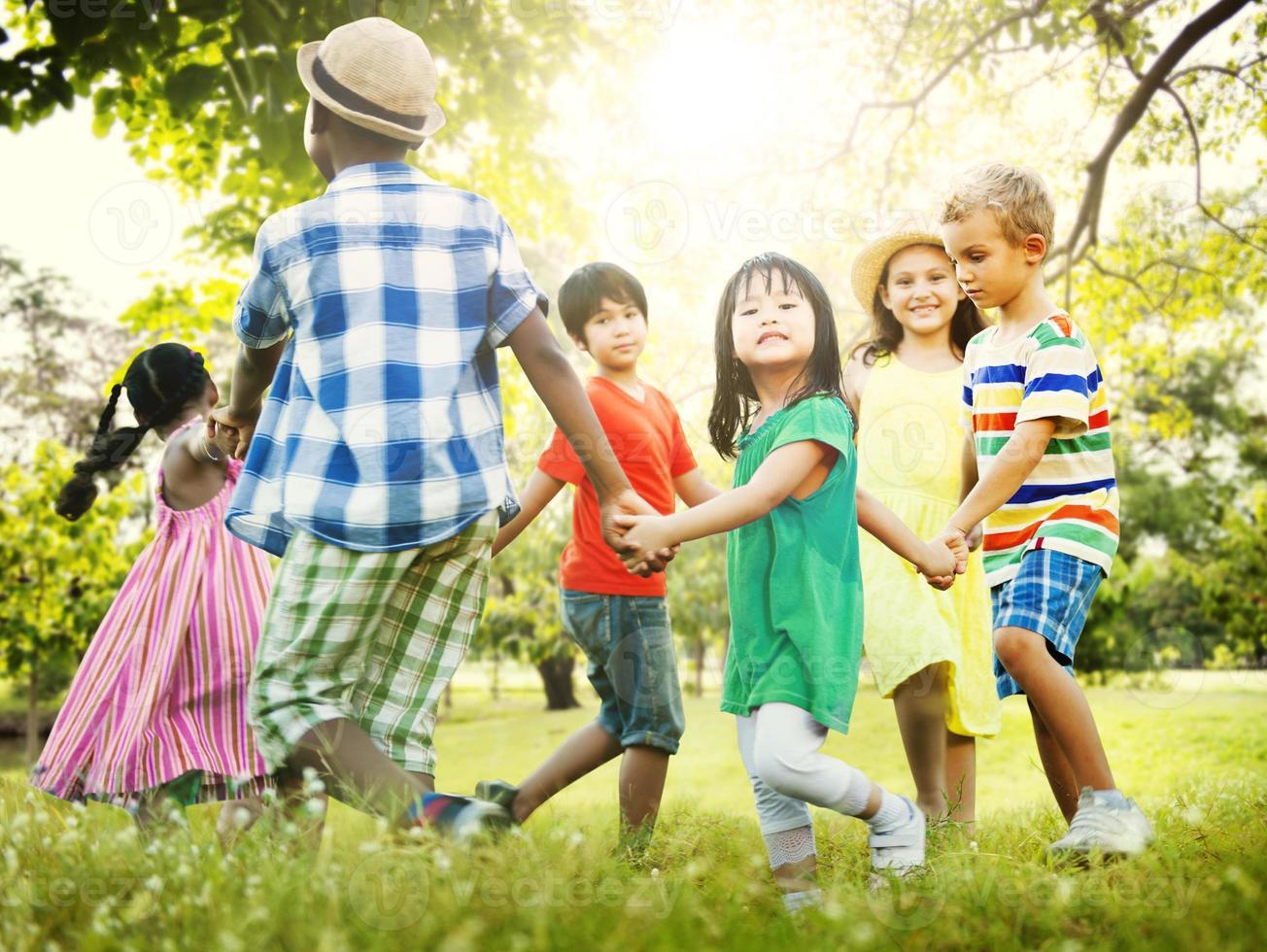 concetto di felicità del gioco di unità di amicizia dei bambini foto