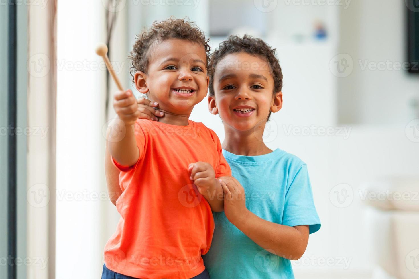 bambino dei fratelli dell'afroamericano che gioca insieme foto