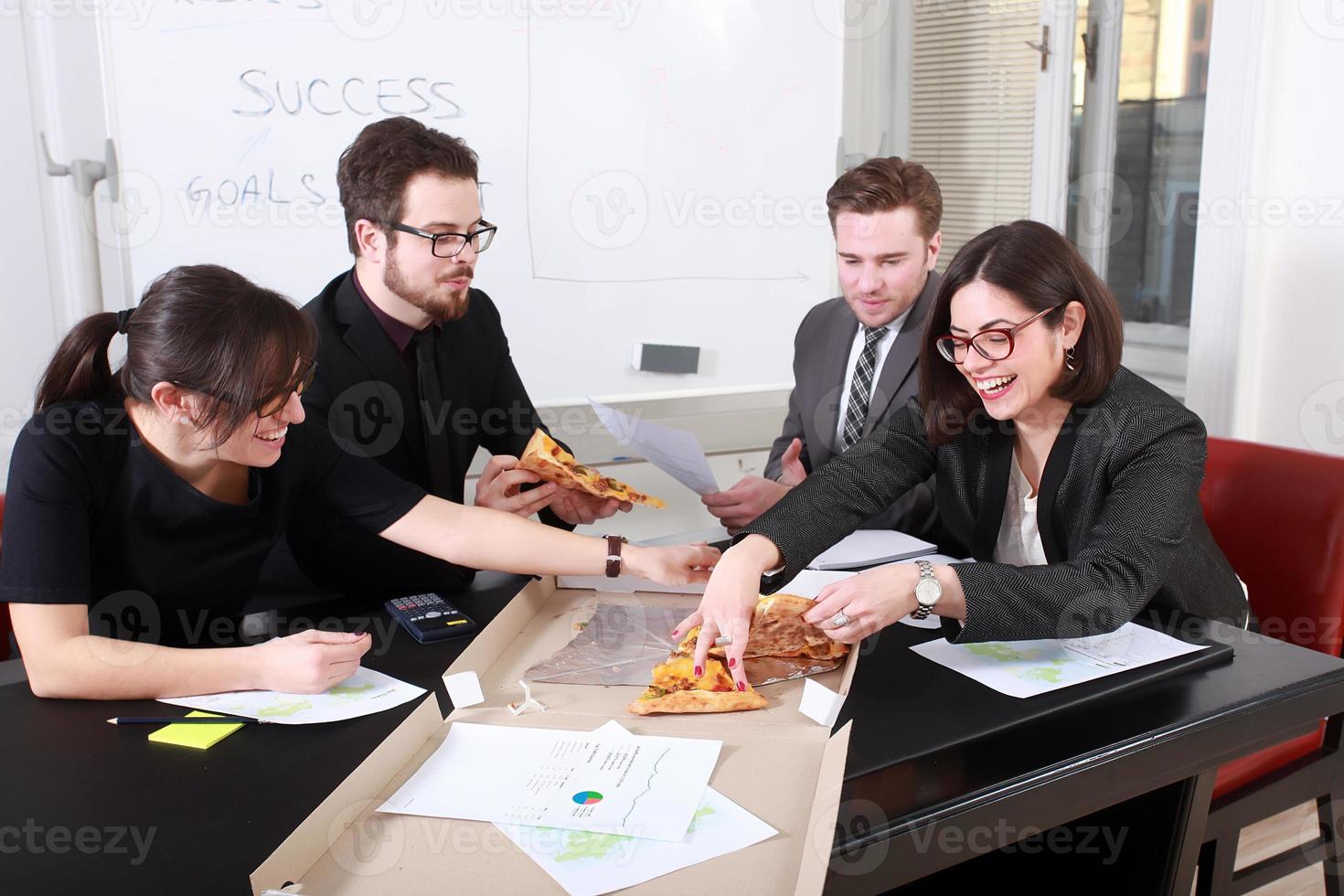 uomini d'affari che mangiano insieme foto
