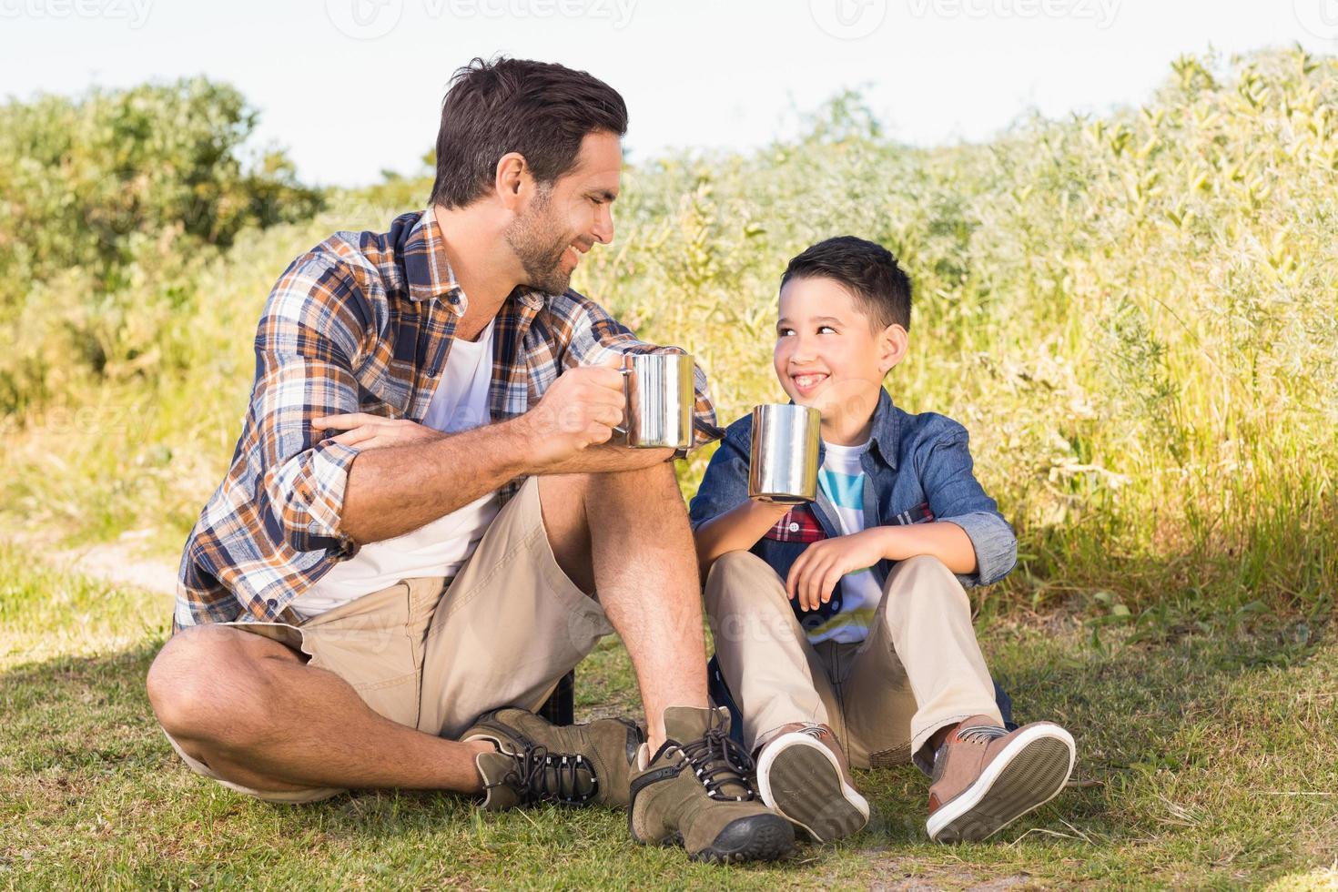 padre e figlio in un'escursione insieme foto