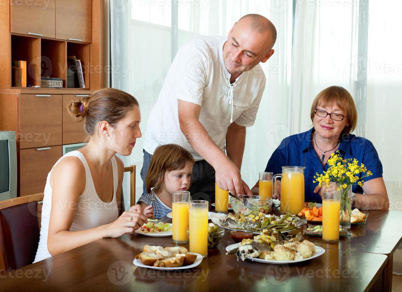 Ritratto di una famiglia di tre generazioni felice in posa insieme foto