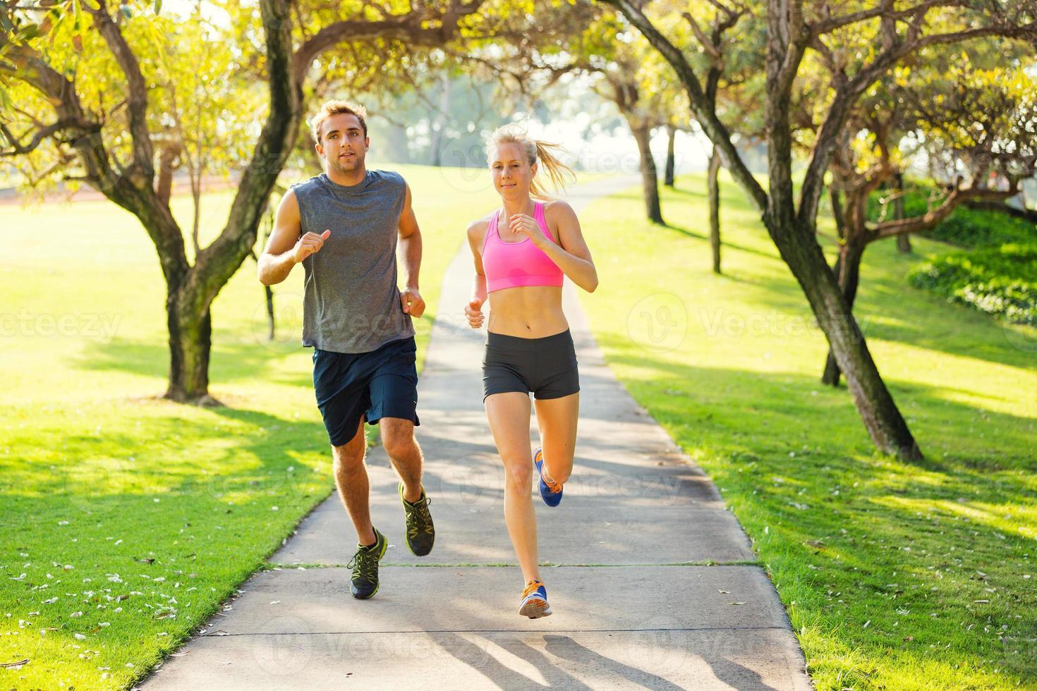 coppia che corre insieme nel parco foto