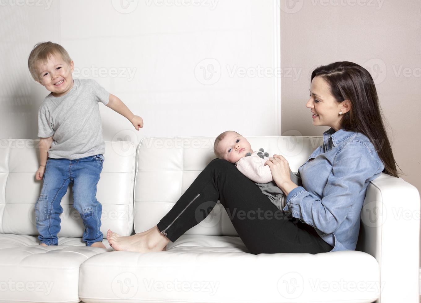 madre con divano bambino foto