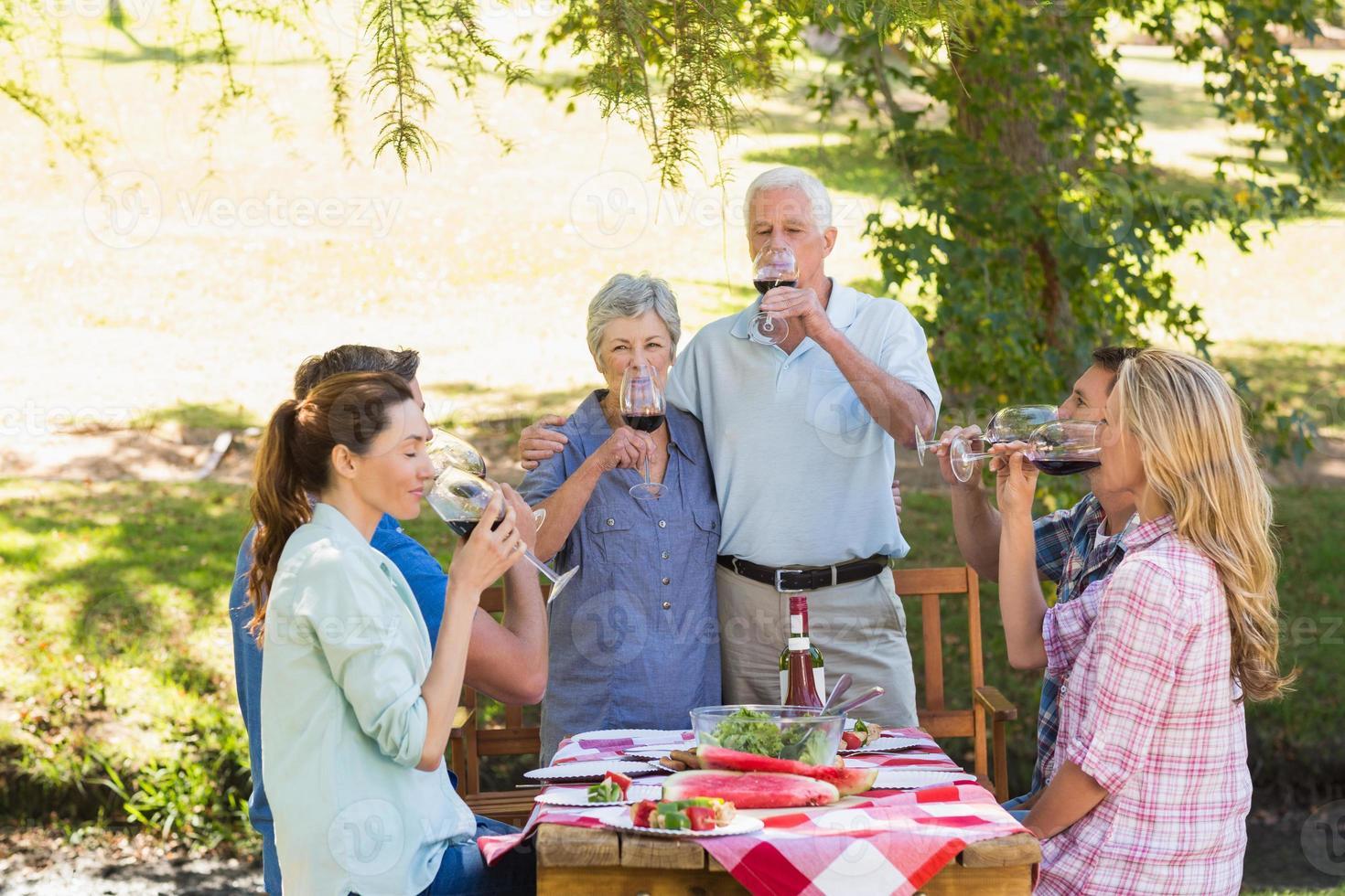 anziani felici che brindano con la loro famiglia foto