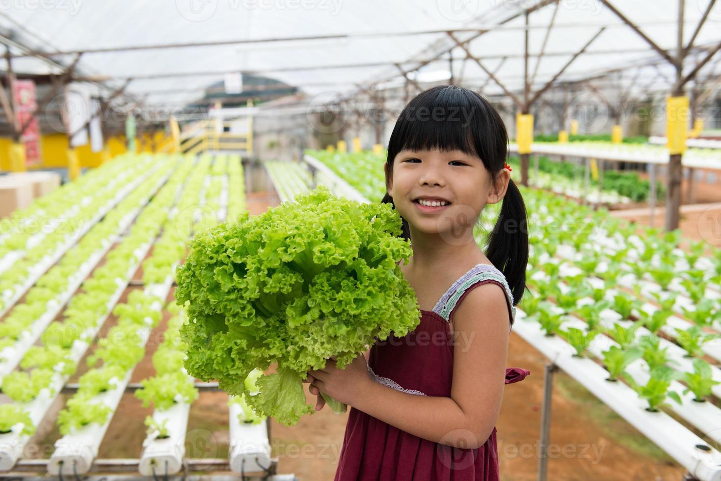 bambino che tiene vegetale foto