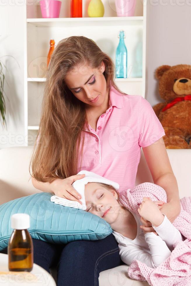 madre e figlio malato foto