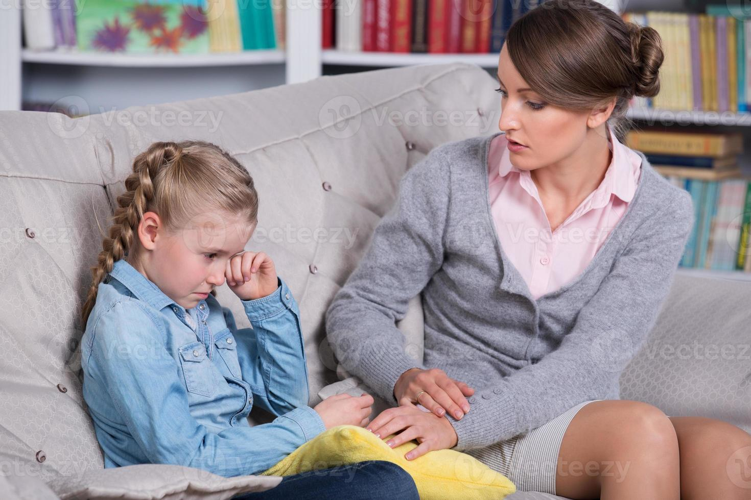 psicologa infantile confortante ragazza che piange foto