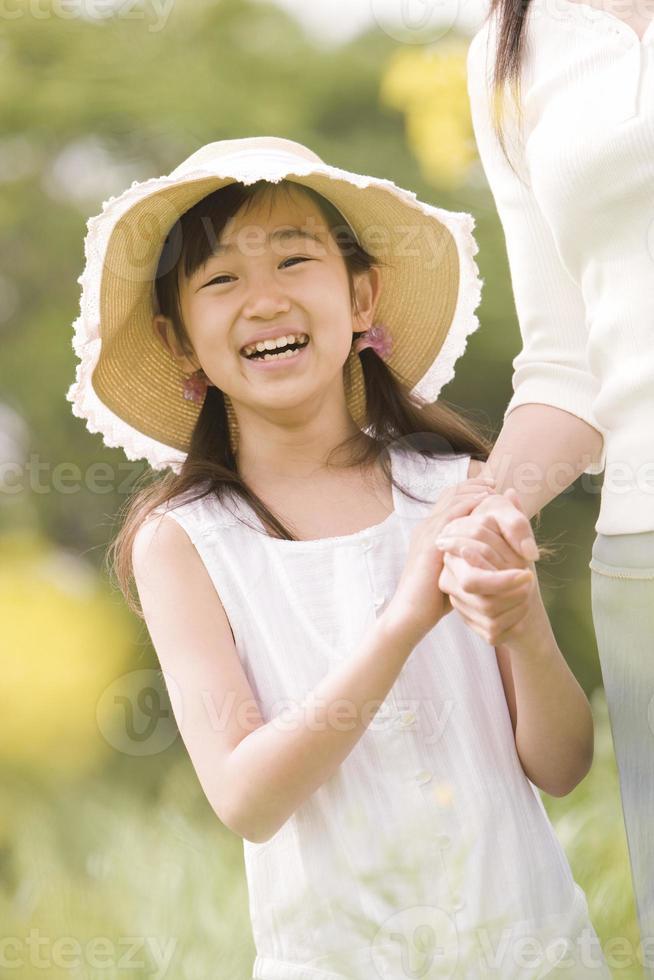 genitori e figli a fare una passeggiata foto