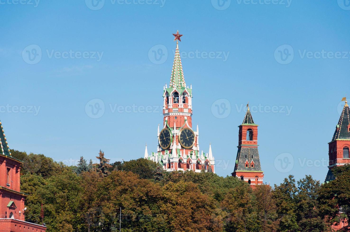 Cremlino della torre di Mosca sullo sfondo degli alberi di autunno, la Russia foto