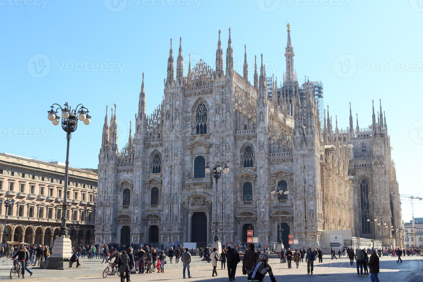 Cattedrale di Milano con cielo blu foto