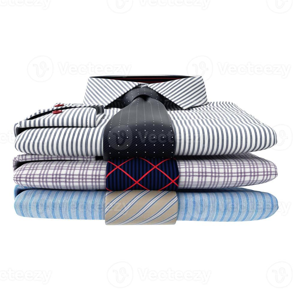 pila di camicie da uomo classiche e cravatte, vista frontale foto