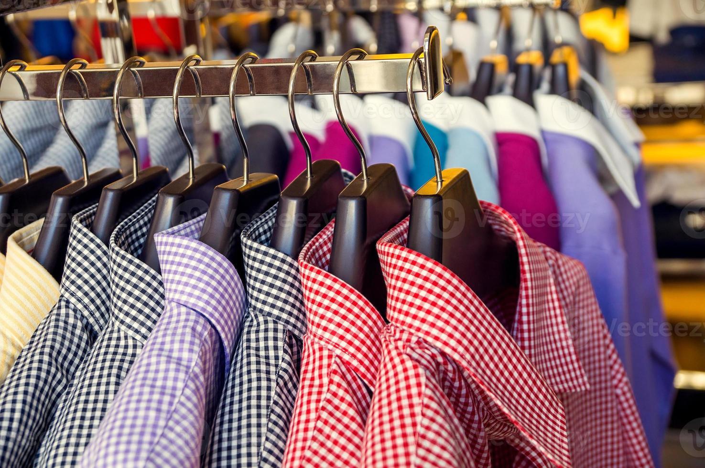 abiti da uomo in un negozio al dettaglio foto